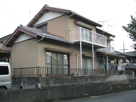 【ビフォー】 昭和の建物であちらこちらに修復する所があった為、新築されました。