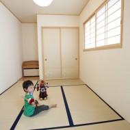 リビング横の6畳の和室。子供と遊んだり、ご主人が趣味のジグソーパズルを楽しむスペースとして利用。