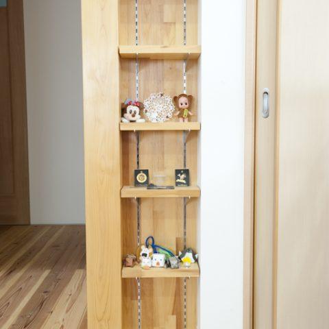 ちょっとしたスペースを生かして造られた、ディスプレイ棚。「想い出の品や、お気に入りの小物を飾っています。