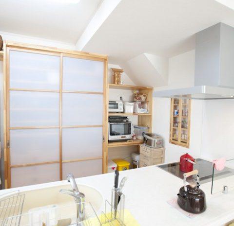 キッチンには奥さんだけでなく、ご主人やお子さんも一緒に立って料理ができるようにと、たっぷりとした広さを用意。