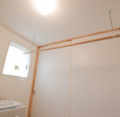 天井に造り付けの室内用物干竿を設置。非常に便利だし、奥様にご好評いただいています。