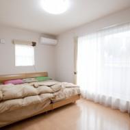 寝室。大きなベッドを置いても充分余裕があります。