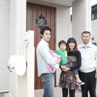 玄関ドア前でご家族と記念撮影。