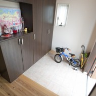玄関。子供用自転車を置いてもまだ広いスペースが確保できます。
