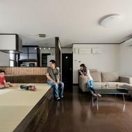 和室を仕切りのない小上がりにしたことで、リビングは開放感にあふれる。白い壁とダークブラウンの床材、古材風の小上がりの縁がマッチしています。
