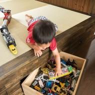 子どもが遊んだり、洗濯物をたたんだりと、便利に使える小上がり。下部に設けた引き出し収納は、長男のおもちゃの指定席。