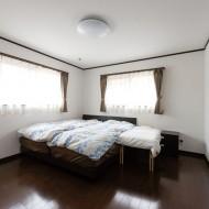 1階に作った主寝室もリビング同様、シンプルに。収納は、ウォークインクローゼットが大活躍。