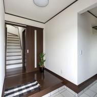 ゆとりある収納スペースを備えた玄関。
