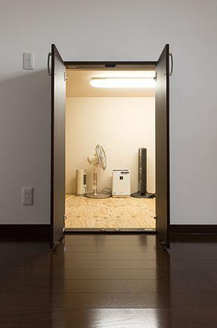 2階の寝室には、クローゼットの他に、荷物の出し入れがしやすい小屋裏収納を設けました。
