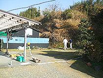 母屋の隣に若夫婦のお施主様のマイホームを新築しました。 裏山に壁を作る所から始まりました。